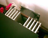 Detail chladiča s ventilátorom a výstupných svoriek nového zdroja, ktorý vznikol aj za pomoci PSU Designer-a