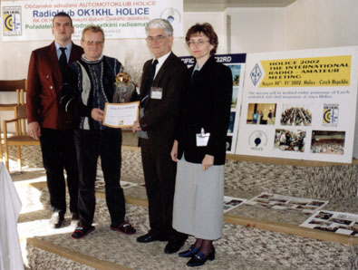 Předání putovního poháru na setkání Tatry 2001