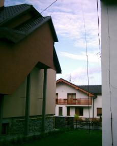 Inverted L medzi domami