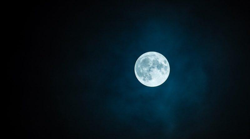 Mesiac na nočnej oblohe
