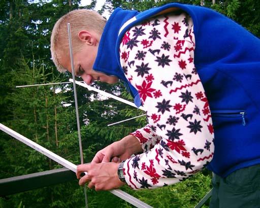 Michal OM0AAB pri príprave antén