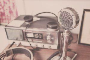 Rádioamatérska stanica s mikrofónom